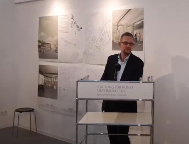 Dipl.-Ing. Markus Schmale, Architekt BDA und Vorstandsvorsitzender der Stiftung, ehrt die Preisträger in seiner Rede und stellt ihre besonderen Leistungen heraus.